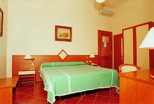 Rooms maxim hotel florence for Maxim design hotel 3 star